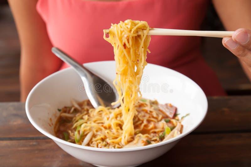 Femme asiatique mangeant des nouilles images libres de droits