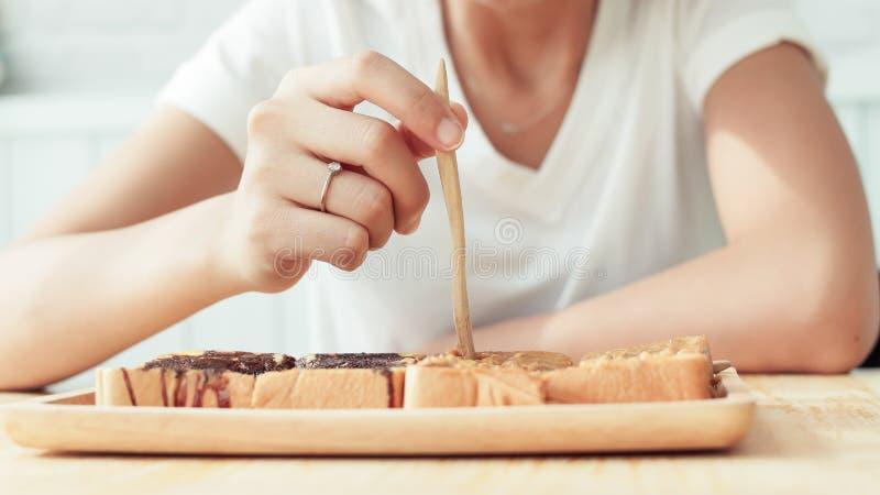 Femme asiatique mangeant le dessert photo libre de droits
