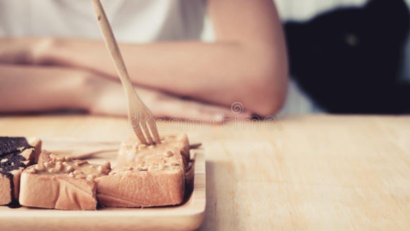 Femme asiatique mangeant le dessert photographie stock