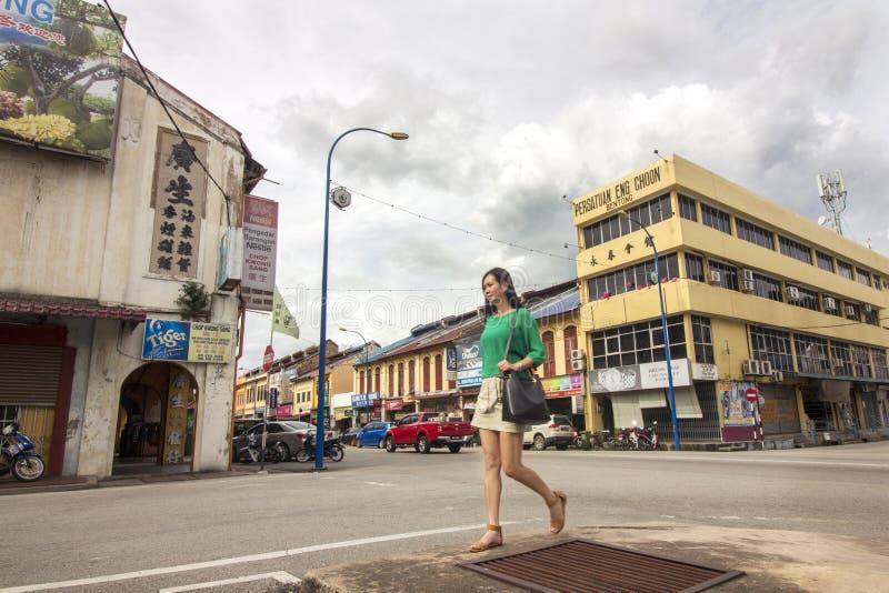 Femme asiatique marchant sur la rue de la ville historique de Bentong image stock