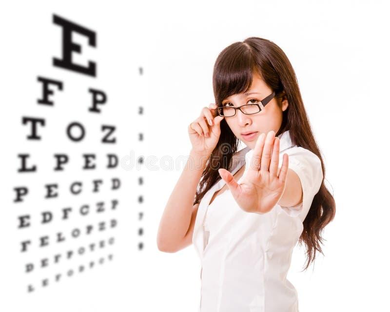 Femme asiatique ne montrant aucun geste avec le diagramme d'essai de yeux photo libre de droits