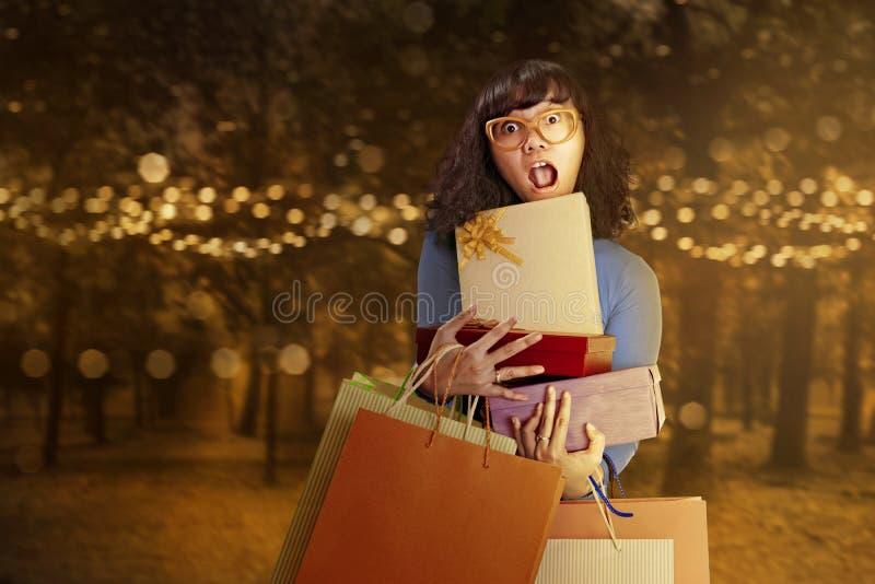 Femme asiatique portant beaucoup sort de cadeaux image libre de droits