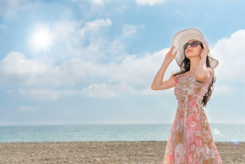 Femme asiatique portant l'habillement de robe élégante photographie stock