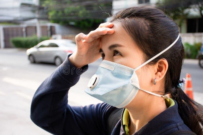Femme asiatique portant un masque de protection contre la maladie ou la poussière dans la rue en plein air pour la protection COV photos stock