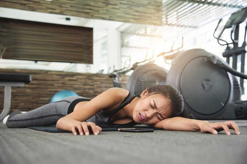 Femme asiatique s'évanouissant tandis que séance d'entraînement image stock