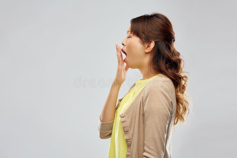 Femme asiatique somnolente ba?llant image stock