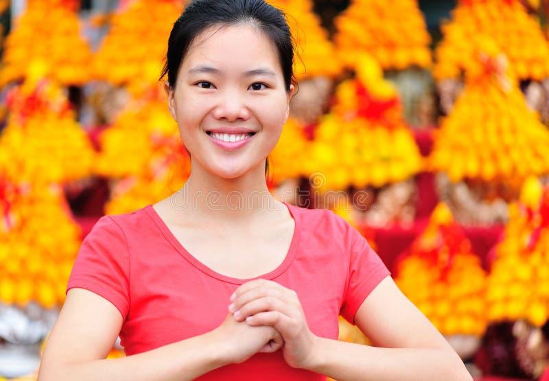 Femme asiatique souhaitant une nouvelle année chinoise heureuse photographie stock