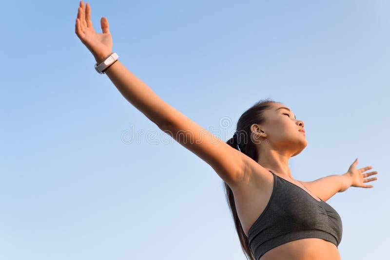 Femme asiatique soulevant des bras au ciel photos libres de droits