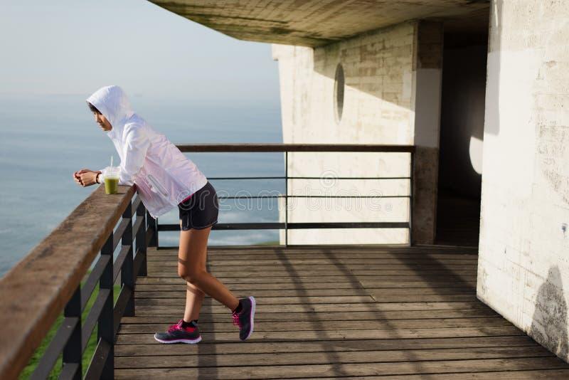 Femme asiatique sportive prenant un repos de séance d'entraînement image libre de droits