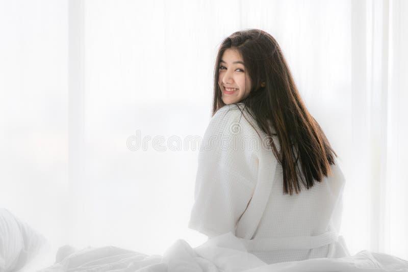 Femme asiatique sur le lit photo stock