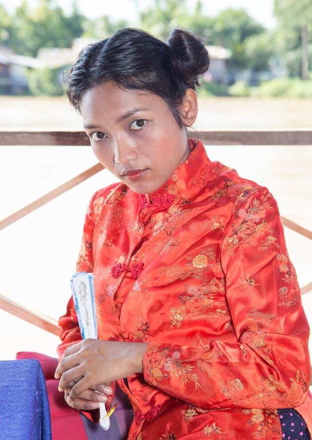 Femme asiatique tenant la fan photos stock