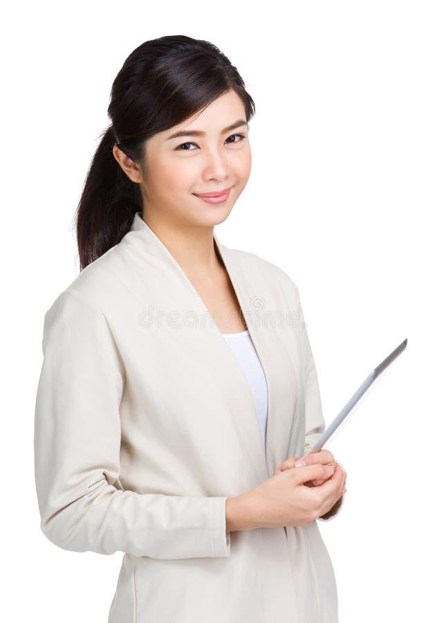 Femme asiatique tenant la tablette photographie stock