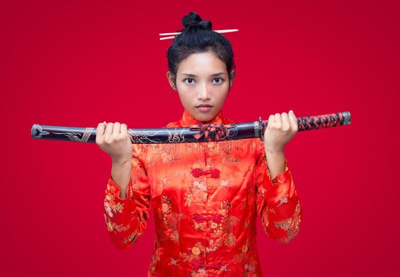 Download Femme Asiatique Tenant Une épée Photo stock - Image du décoration, costume: 76079862