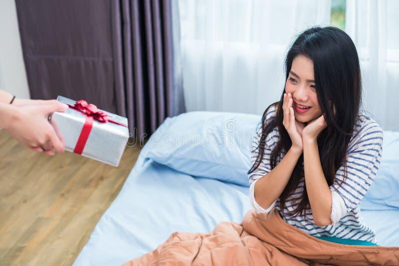 Femme asiatique ?tonn?e par les cadeaux d'anniversaire Les gens et le concept de modes de vie Th?me de Valentine et d'anniversair image stock