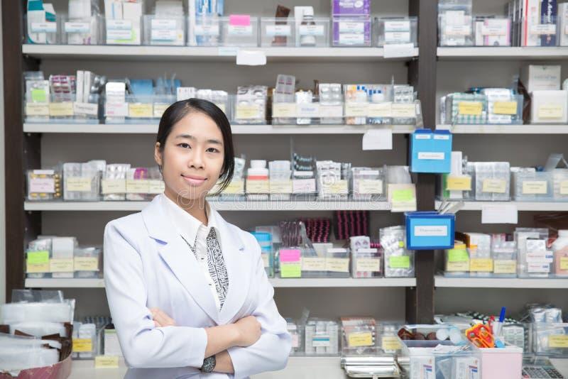 Femme asiatique un pharmacien photo stock