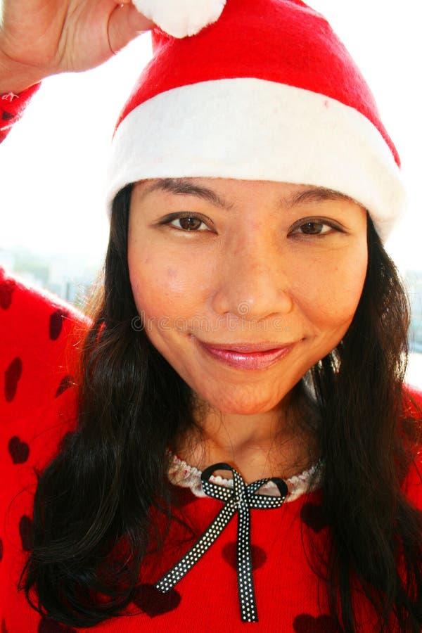 Femme asiatique utilisant un chapeau de Santa. photographie stock libre de droits