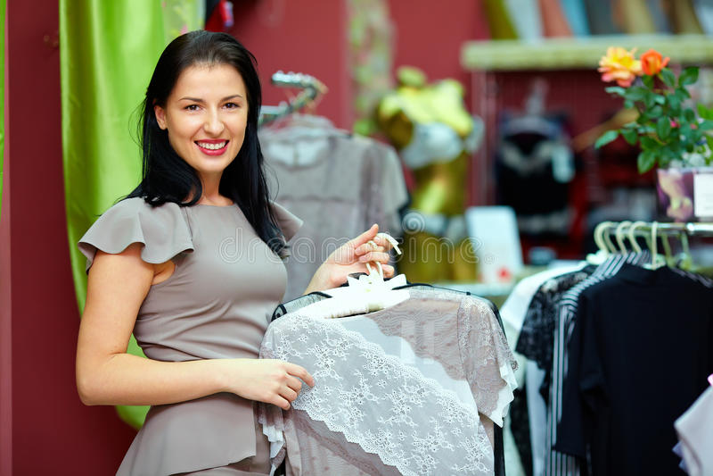 Femme assez élégant dans la mémoire de vêtement photos libres de droits