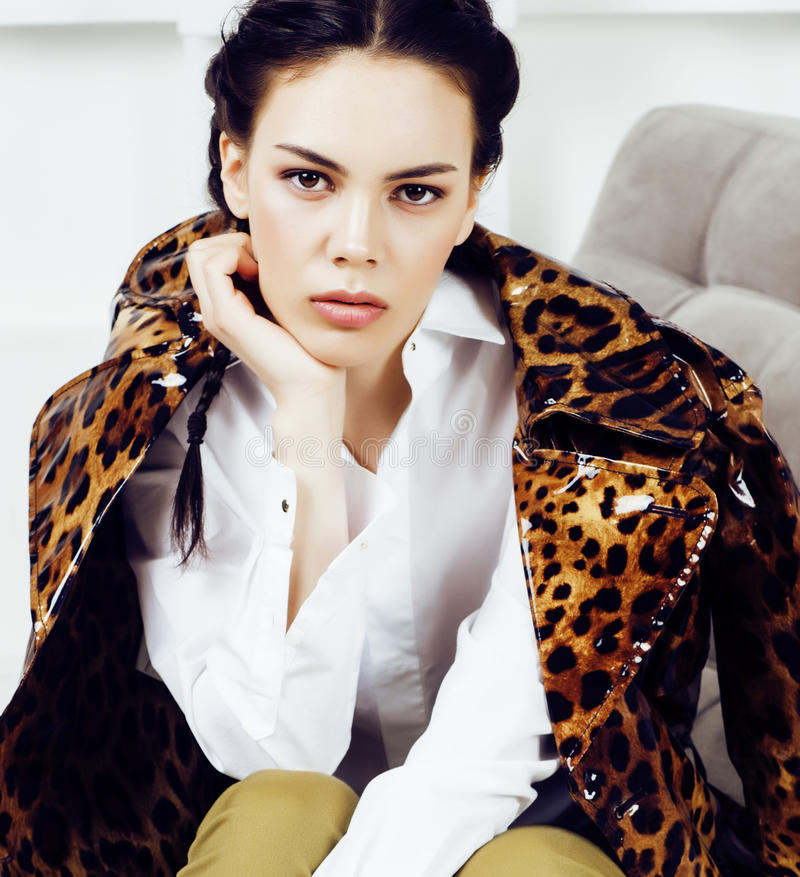 Femme assez élégante dans la robe de mode avec la copie de léopard ensemble dans l'intérieur riche de luxe de pièce, concept de p photos stock