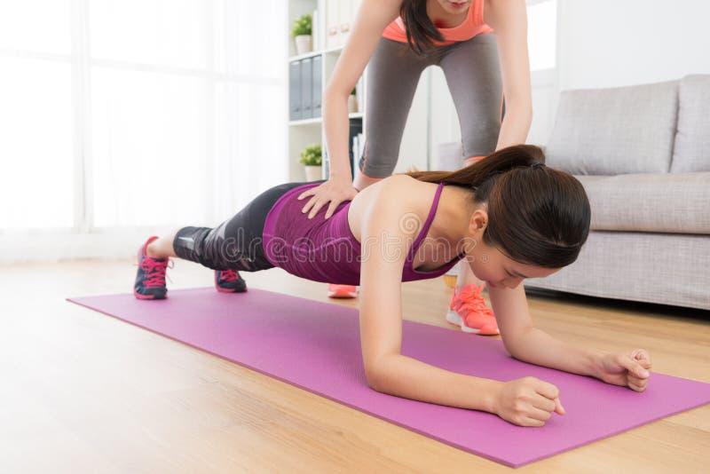 Femme assez élégante de forme physique faisant la classe de séance d'entraînement image stock