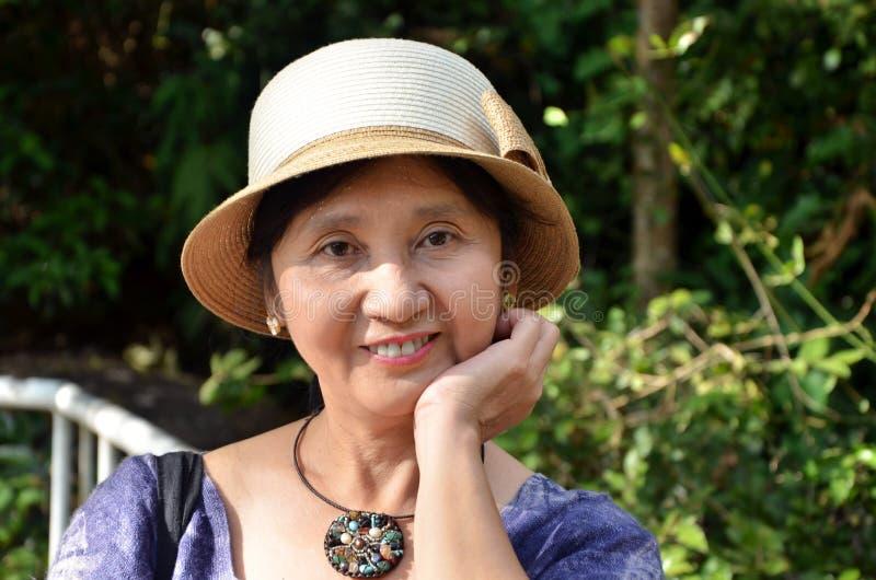 Femme assez aînée photo libre de droits