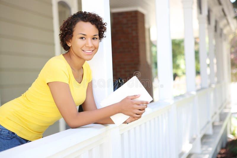 Femme assez africain sur le porche à la maison image stock