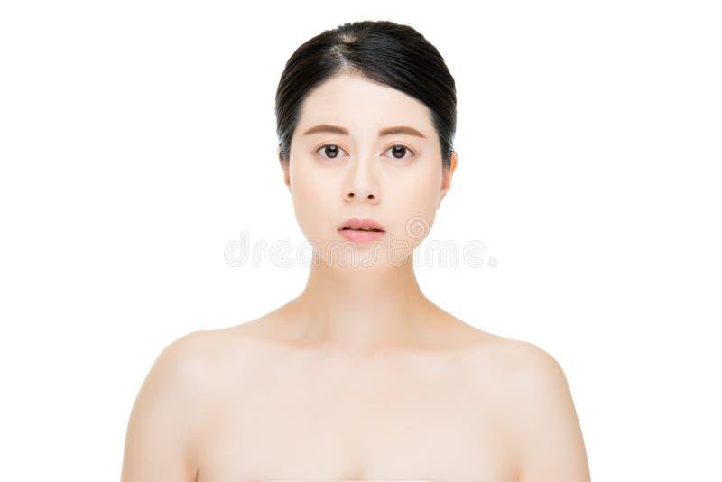 Femme assez asiatique avec le visage de maquillage de beauté, fond blanc photographie stock libre de droits