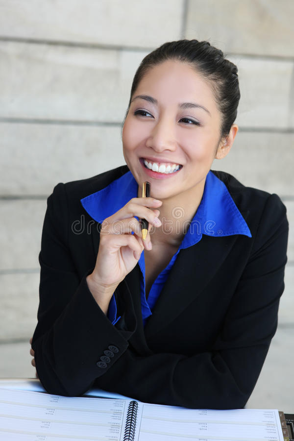 Femme assez asiatique d'affaires photographie stock libre de droits