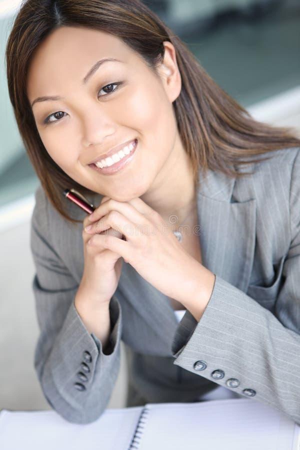 Femme assez asiatique d'affaires image stock