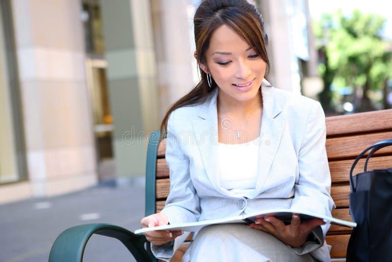 Femme assez asiatique d'affaires de jeunes photographie stock