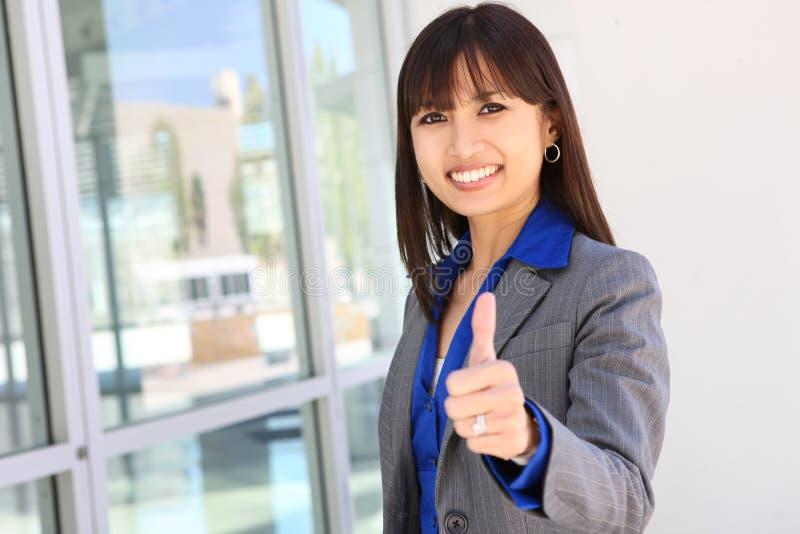 Femme assez asiatique d'affaires de jeunes image stock