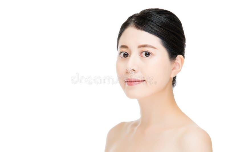 Femme assez asiatique de sourire avec le visage de maquillage de beauté, backgrou blanc images libres de droits