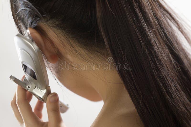 Femme assez asiatique utilisant un cel images stock
