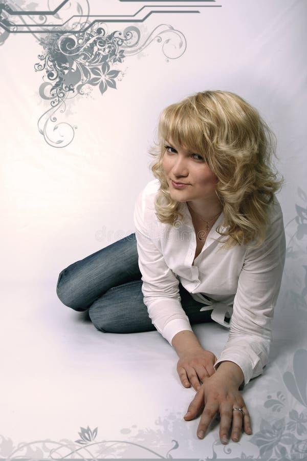 Femme assez blond dans des jeans photos stock