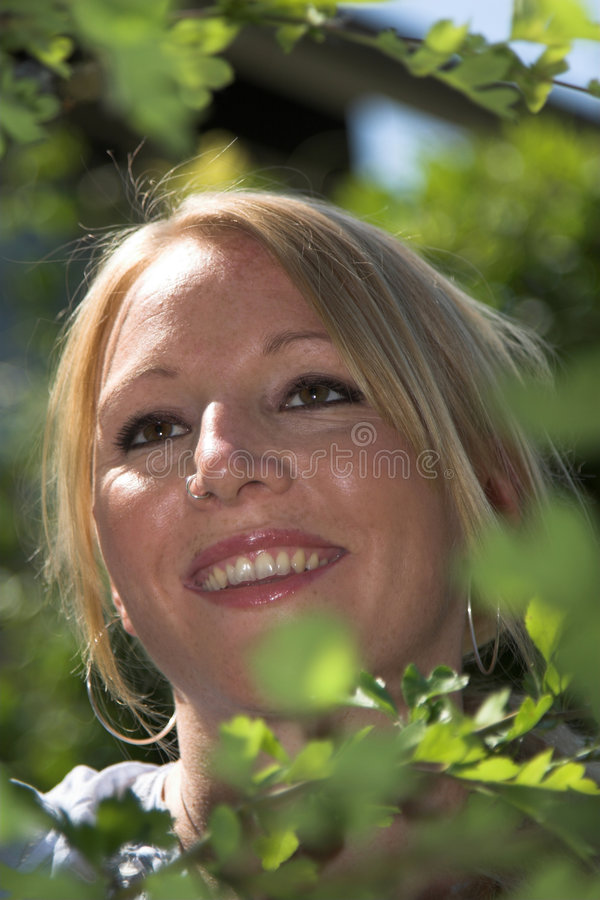 Femme assez blond dans le jardin photos libres de droits