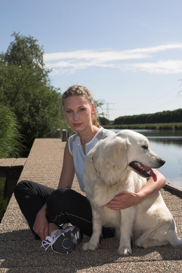 Femme assez blond par le bord de l'eau photos stock