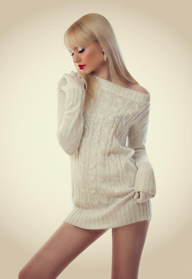 Femme assez blonde dans la robe tricotée image stock