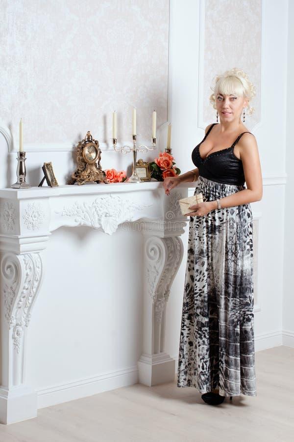 Femme assez blonde dans un intérieur de luxe images stock
