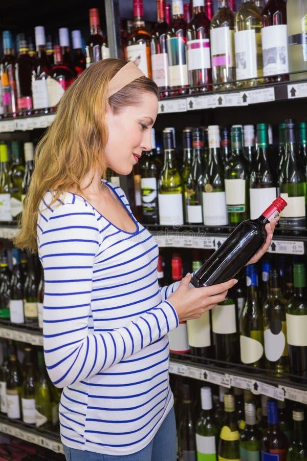 Download Femme Assez Blonde Tenant Une Bouteille De Vin Rouge Photo stock - Image du verticale, caucasien: 56489150