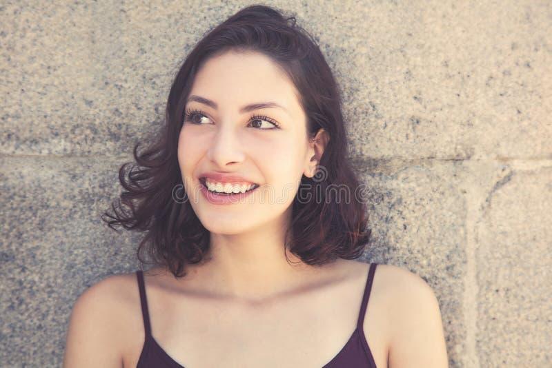 Femme assez caucasienne avec de longs cheveux foncés regardant en longueur photos libres de droits