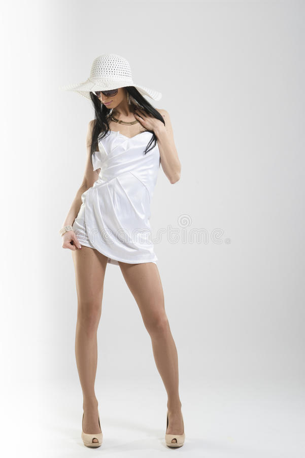 Femme assez caucasienne dans la robe blanche images stock