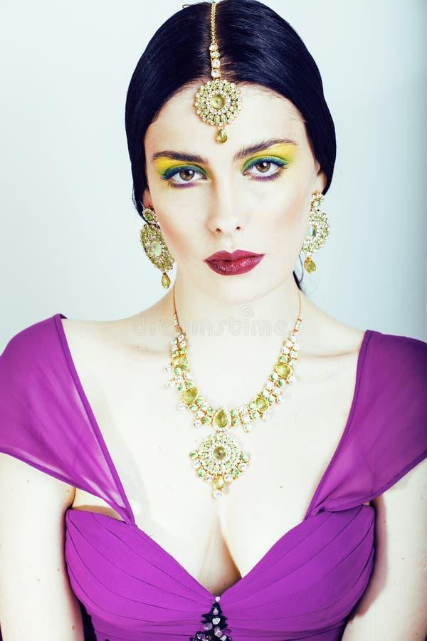 Femme assez caucasienne de jeunes comme l'Indien dans la fin ethnique de bijoux sur le maquillage blanc et nuptiale photos libres de droits