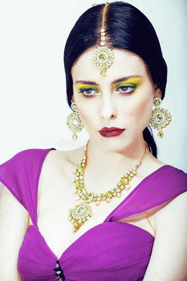Femme assez caucasienne de jeunes comme l'Indien dans la fin ethnique de bijoux sur le maquillage blanc et nuptiale photographie stock libre de droits
