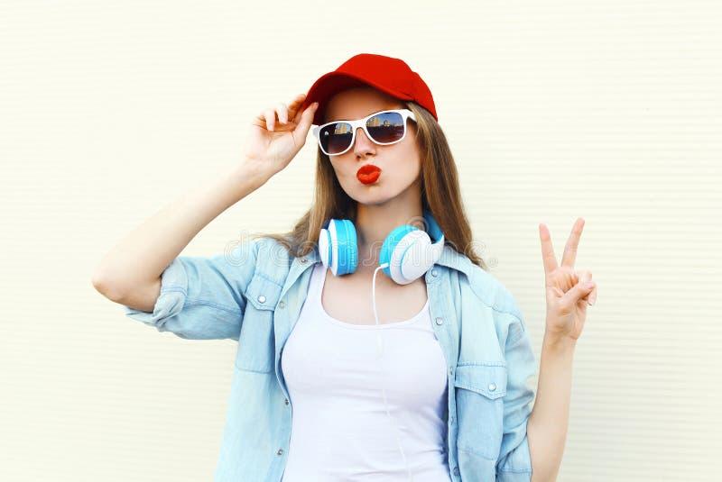 Femme assez fraîche dans les lunettes de soleil et le chapeau rouge au-dessus du blanc photos libres de droits