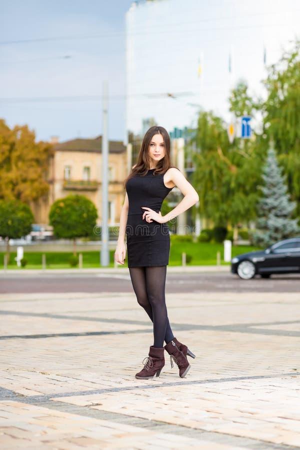 Download Femme assez gaie image stock. Image du adulte, chemisier - 76078507