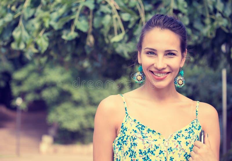 Femme assez heureuse, souriant image stock