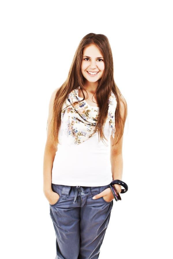 Femme assez jeune avec des mains dans des poches image stock