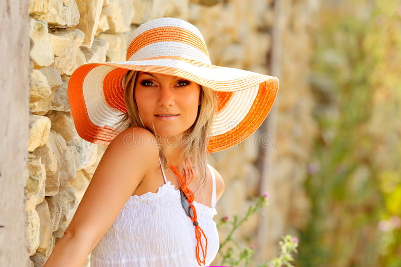 Femme assez jeune avec le chapeau photographie stock