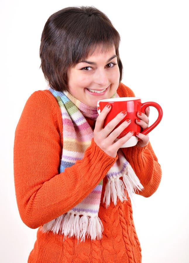 Femme assez jeune buvant du thé chaud images libres de droits