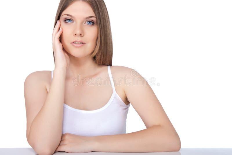 Femme assez jeune détendant à un dayspa images libres de droits