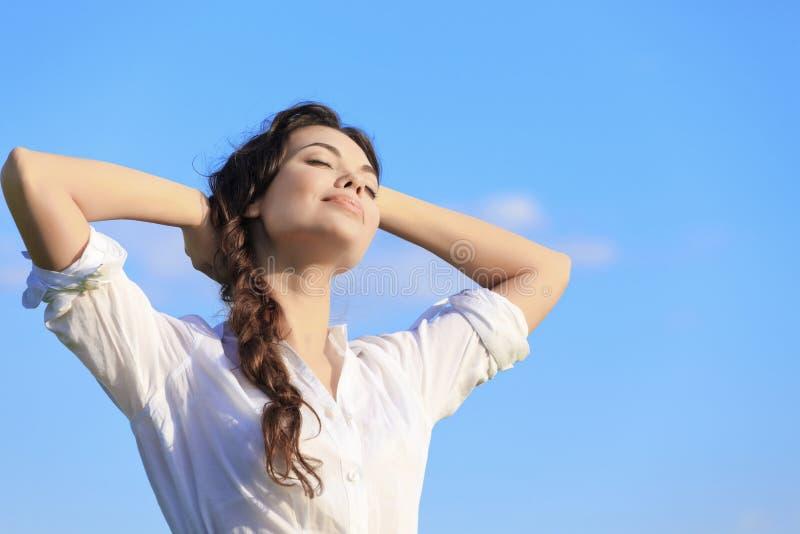 Femme assez jeune détendant après jour ouvrable dur image libre de droits
